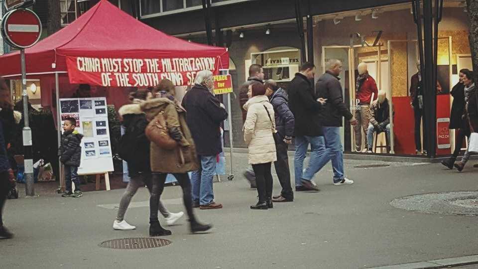 Giữa cái lạnh xấp xỉ  0 độ C tại Zurich, sự nhiệt tình, bền bỉ của những người Việt yêu nước cùng sự hỗ trợ của những người bạn Thụy Sĩ yêu hoà bình và công lý như ngọn lửa truyền nhiệt cho lòng yêu nước của những người Việt Nam trước những hành động sai trái của Trung Quốc