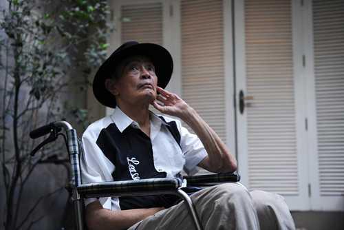 Nhạc sĩ Thanh Tùng trên xe lăn tại nhà riêng ở Hà Nội vài tháng trước.