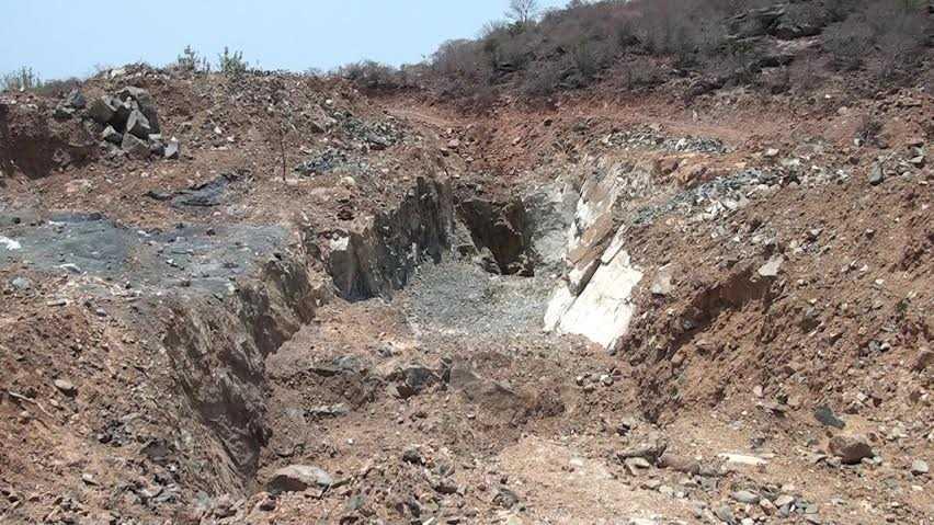 Núi Tàu bị đào bới tìm vàng trong hàng chục năm trời