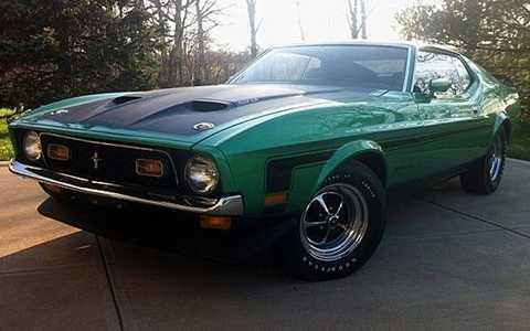 1971 Ford Boss Mustang 351 sử dụng động cơ V8, sản sinh 330 mã lực. Khả năng tăng tốc từ 0-100km/giờ trong vòng 5,8 giây