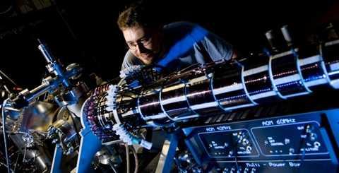 Máy tính lượng tử hứa hẹn sẽ tạo nên một cuộc cách mạng trong thế giới kỹ thuật số. Máy tính lượng tử (còn gọi là siêu máy tính lượng tử) là một thiết bị tính toán sử dụng trực tiếp các hiệu ứng của cơ học lượng tử như tính chồng chập và vướng víu lượng tử để thực hiện các phép toán trên dữ liệu đưa vào