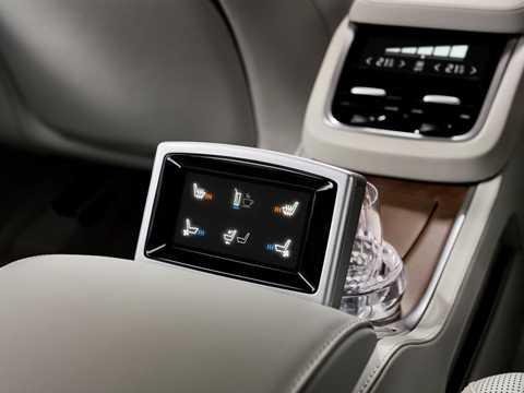 Chức năng chỉnh ghế bằng màn hình cảm ứng trên bệ đỡ tay