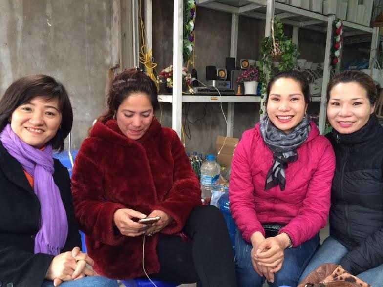 Chị em chị Dần chụp ảnh cùng chị em chị Trang