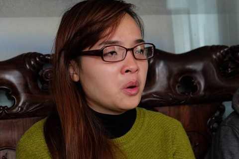 Chị Hiền, người trong vụ nhầm con bật khóc khi kể lại câu chuyện.
