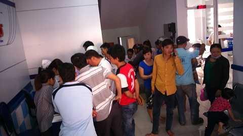 Rất đông người dân các huyện đến Trung tâm y tế đăng ký tiêm vacxin cho trẻ Ảnh:Thanh Hải