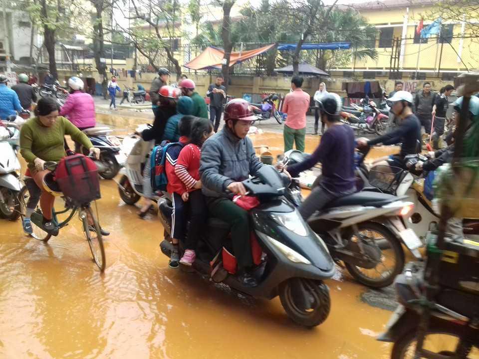 Người đi đường hoảng loạn vì nước hố ga tràn ngập