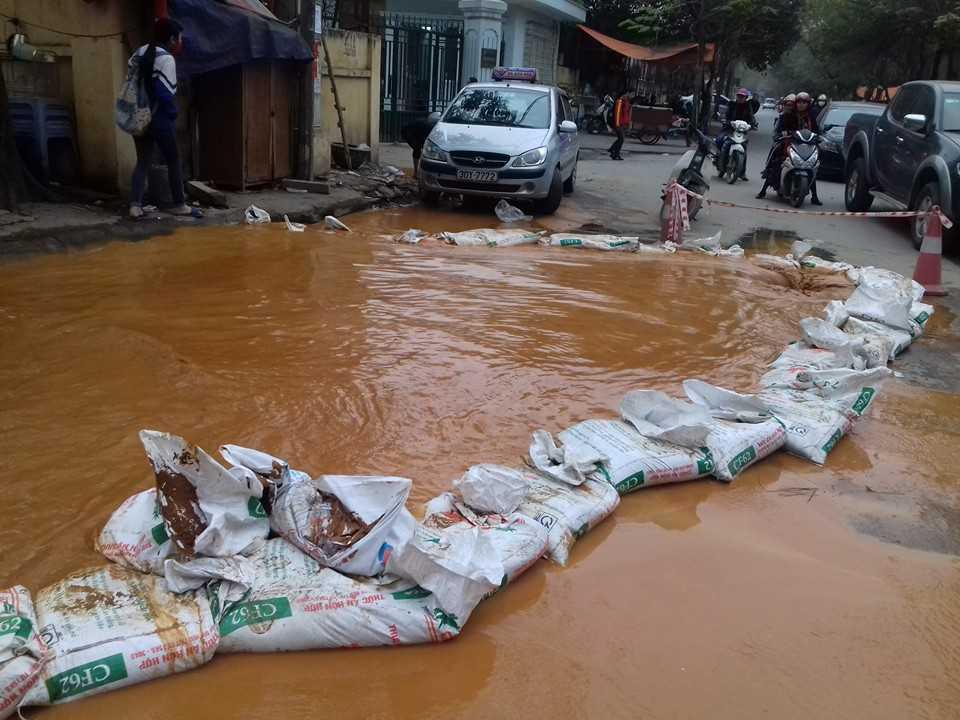 Đống bì cát để ngăn chặn nước lan rộng