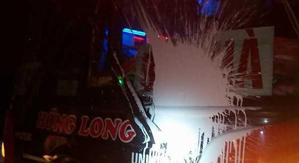 Do không vào quán Lộc Phát 8 ăn cơm, chiếc xe khách bị 3 côn đồ tấn công. Ảnh nhân vật cung cấp