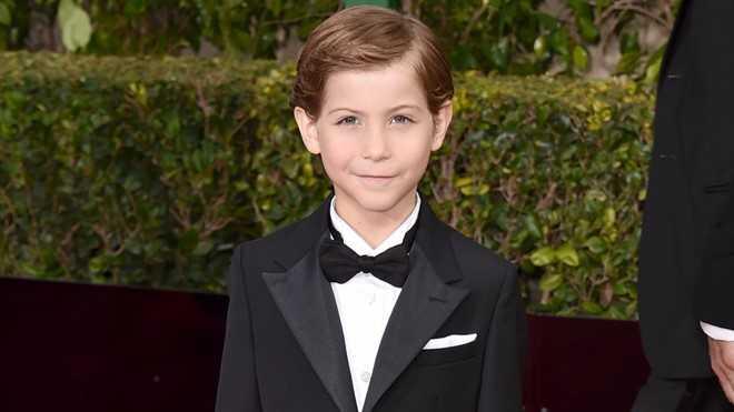 Jacob Tremblay (9 tuổi) mới đây nhận được giải thưởng   nam diễn viên trẻ xuất sắc nhất từ các nhà phê bình Mỹ. Cậu bé đến từ   Vancouver (British Columbia, Canada) gây chú ý khi đảm nhận vai diễn   Jack - con trai bà mẹ bị bắt cóc, cưỡng bức và bị nhốt 7 năm trong bộ   phim Room của đạo diễn Lenny Abrahamson.
