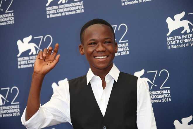 """Abraham Attah (14 tuổi) thu hút giới truyền thông quốc tế khi vào vai """"cỗ máy giết người bất đắc dĩ"""" trong phim """"Beasts of No Nation"""". Tại Liên hoan phim quốc tế Venice 2015 hồi tháng 9, cậu bé người Ghana được trao giải thưởng Marcello Mastroianni dành cho diễn viên trẻ triển vọng."""