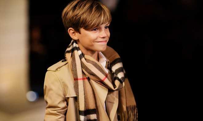 Romeo Beckham (14 tuổi) là gương mặt quen thuộc trong các chiến dịch quảng bá nhãn hiệu thời trang Burberry Prorsum từ năm 2013. Trong Festival collection 2015,   cậu con trai thứ hai nhà Beckham còn được đồng hành cùng nhiều siêu mẫu   danh tiếng như Naomi Campbell, Rosie Huntington Whiteley.