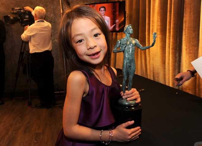 Anderson-Emmons (8 tuổi) là ngôi sao nhí người Mỹ, tham gia chương trình hài kịch Modern Family trên kênh ABC trong 3 năm liền. Cô bé từng là diễn viên trẻ tuổi nhất được mời đến lễ trao giải Emmy năm 2012 và 2013.