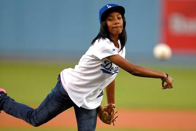 Mo'ne Davis (14 tuổi)   là người Mỹ gốc Phi đầu tiên tham gia giải bóng chày Little League World Series.   Cô bé giành chiến thắng với thành tích đáng nể và trở thành hiện tượng   trong mùa giải. Năm 2014, Davis vinh là cầu thủ bóng chày Little League đầu tiên xuất hiện trên trang bìa của Sports Illustrated.