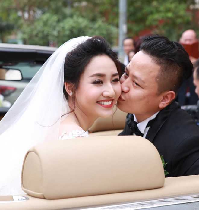 Chú rể trao cho cô dâu nụ hôn ngọt ngào.