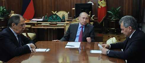 Tổng thống Nga Putin (giữa) đưa ra quyết định rút quân khỏi Syria tại cuộc họp với Bộ trưởng Quốc phòng và Bộ trưởng Ngoại giao