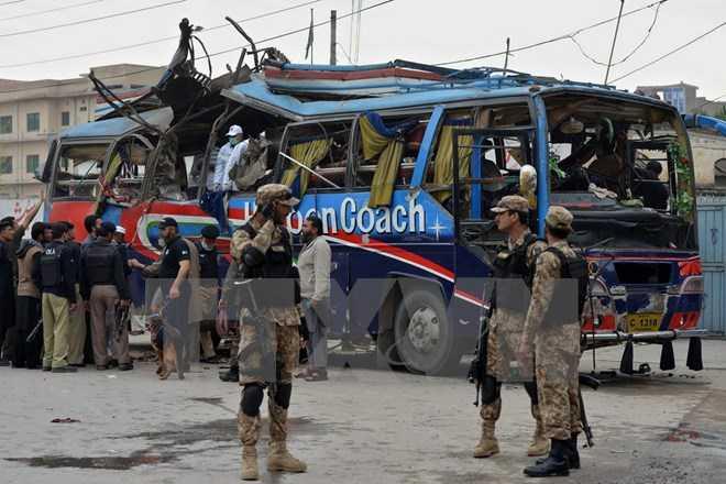 Nhân viên an ninh điều tra tại hiện trường vụ nổ. (Ảnh: AFP/TTXVN)