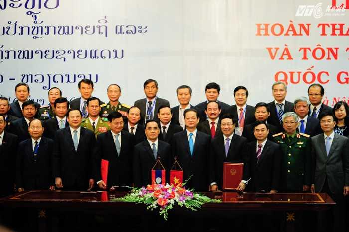 Thủ tướng Việt Nam và Lào chụp ảnh chung cùng đại biểu 2 nước - Ảnh: Tùng Đinh