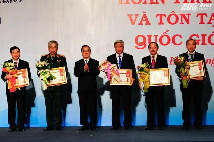 Thủ tướng Lào trao bằng khen cho các đại biểu phía Việt Nam - Ảnh: Tùng Đinh