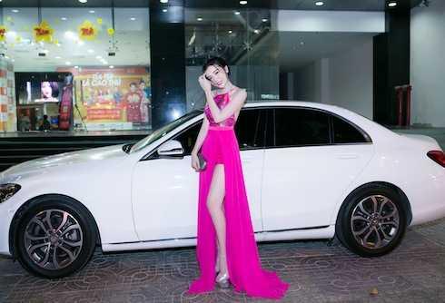 Cô khoe vóc dáng mỹ miều bên xe sang bạc tỷ. Được biết, đây là chiếc xe người đẹp tự mua với số tiền kiếm được từ nghiệp diễn.