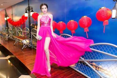 Nữ diễn viên gây chú ý khi diện thiết kế dạng yếm xẻ cao, khoe cặp chân dài thẳng tắp vô cùng đẹp mắt của Ivan Trần.