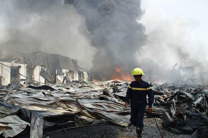 Toàn bộ nhà xưởng công ty đổ sập - Ảnh: Xuân An