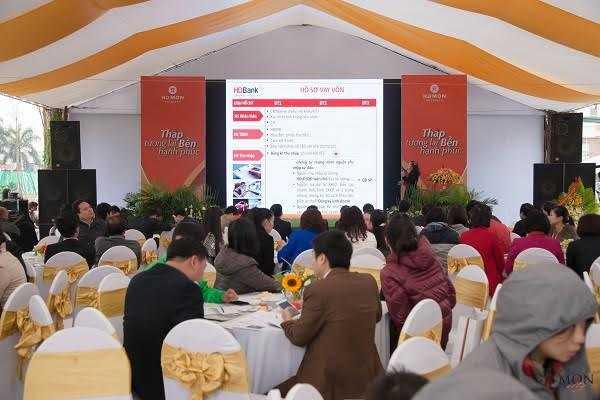 Hội trường chật kín khách đến tham dự mở bán Mon City