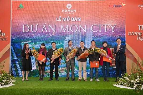 Khách hàng nhận chứng thư bảo lãnh nghĩa vụ tài chính của chủ đầu tư tại lễ mở bán Mon City