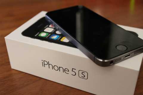 iPhone 5s cũng được nhiều người chuộng vì kiểu dáng nhỏ gọn, nhưng vuông vắn, sắc nét hơn iPhone 6, 6s.