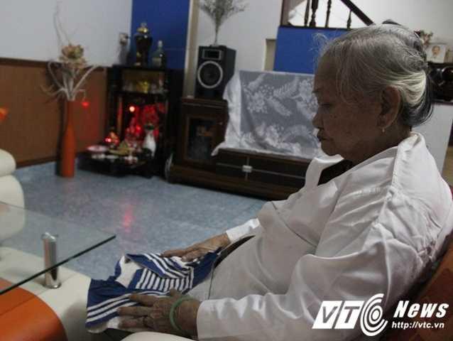 Suốt 28 năm nay, bà mẹ liệt sĩ Lê Thị Muộn luôn nâng niu tấm áo hải quân của con trai mình