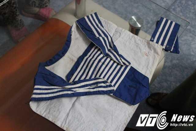 Phần yếm áo được tháo ra từ tấm quân phục hải quân cũng được mẹ xếp cẩn thận để trên gối ngủ