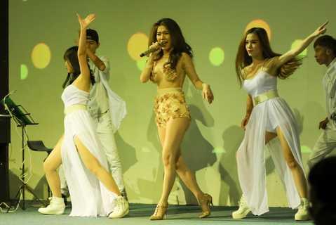 Trong buổi ra mắt MV Hạnh phú của người khác, Hoàng Y Nhung đã khoe đôi chân dài miên man thu hút mọi sự chú ý