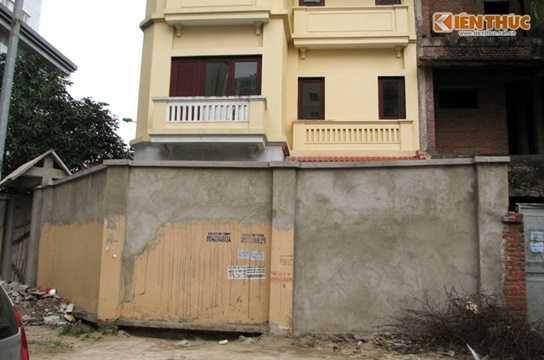 Tại một căn biệt thự khác, chủ nhà ngang nhiên đổi vị trí cổng ra vào.