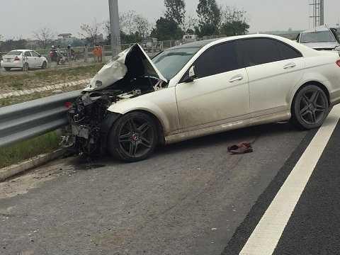 Chiếc Mercedes bị hư hỏng phần đầu sau cú đâm mạnh