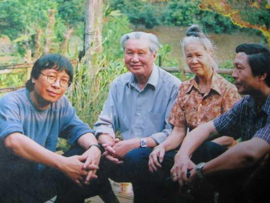 Trần Hòa Bình với giađình nhà thơ Vương Trung tại Thuận châu- Sơn La