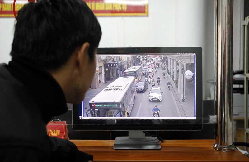 Anh Lê Văn Thật xem lại clip và hình ảnh chiếc xe do anh điều khiển tại thời điểm vi phạm luật giao thông.