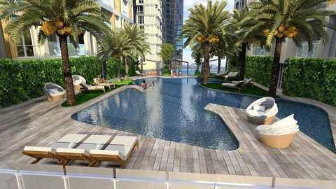 Bể bơi ngoài trời sang trọng như một khu nghỉ dưỡng cao cấp.
