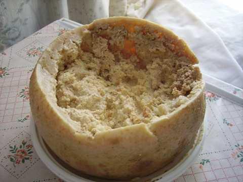 Casu Marzu - pho mát có giòi ở Ý. Món pho mát truyền thống vùng Sardinia (Ý) này không phải là món ăn cho những người yếu tim.Người nông dân thường vắt sữa cừu bằng tay 2 lần mỗi ngày. Sau khi đun sôi sữa cừu trên bếp, họ bắc ra rồi khuấy đều. Bước tiếp theo là đặt pho mát vẫn còn vụn vào khuôn để tạo hình.Sau khi trứng nở thành giòi, những con giòi bắt đầu ăn miếng pho mát. Enzim từ hệ thống tiêu hóa của con giòi phá vỡ lượng chất mỡ của miếng pho mát và đẩy nhanh tiến trình lên men