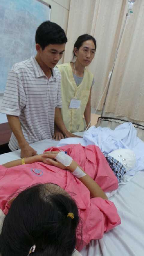 Gia đình em Hà vi tại bệnh viện Chợ Rẫy (TP.HCM)