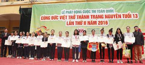 Ông Hứa Xuân Sinh - TGĐ Công ty CP Thực phẩm Đức Việt trao giải cho các đội tham dự