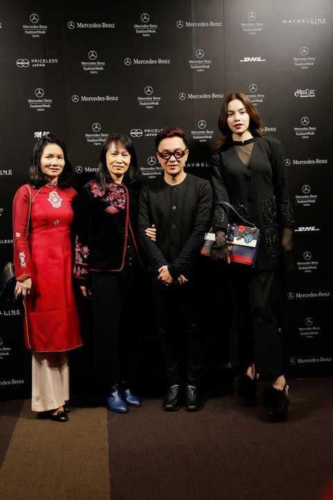 Với mái tóc xõa tự nhiên cùng phụ kiện là túi xách hàng hiệu Gucci và giày đế đỏ, Hà Hồ trông rất sang trọng, bí ẩn và lịch lãm. Nữ ca sỹ vinh dự ngồi ở hàng ghế VIP để thưởng thức đêm diễn.