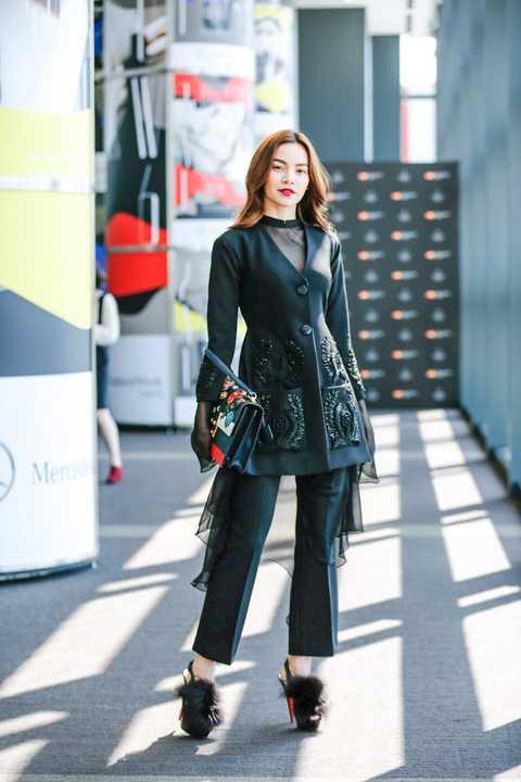 Ngay khi xuất hiện, Hồ Ngọc Hà ít nhiều gây được sự chú ý với quan khách và giới mộ điệu thời trang. Thần thái, phong cách và kĩ năng ứng xử chuyên nghiệp của Hồ Ngọc Hà chính là các yếu tố giúp cô luôn tỏa sáng, rạng rỡ tại các sự kiện, và tuần lễ thời trang Tokyo Fashion Week Fall/Winter 2016 cũng không là ngoại lệ. Có khán giả đã nhận ra cô và xin chụp hình lưu niệm chung sau khi buổi diễn kết thúc.