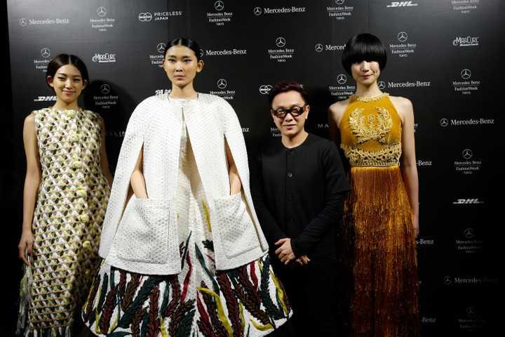 """Buổi trình diễn BST No.9 """"Lúa"""" của NTK Công Trí - đại diện duy nhất & chính thức của Việt Nam được mời tham dự vừa kết thúc cách đây không lâu. Với việc sử dụng lụa lãnh Mỹ A, những thiết kế Haute Couture mới nhất của Công Trí đã gây được ấn tượng với bạn bè quốc tế. Công Trí đã kể cho khán giả thế giới nghe câu chuyện về người phụ nữ Việt Nam bằng một cách thức khác biệt và đầy sáng tạo. Bộ sưu tập Haute Couture mới nhất tiếp tục là tấm gương phản chiếu hành trình mặc tưởng và chiêm nghiệm thú vị trong tâm tưởng nhà thiết kế, được cô đọng lại bằng thứ ngôn ngữ thời trang giàu tính biểu tượng và đong đầy cảm xúc."""