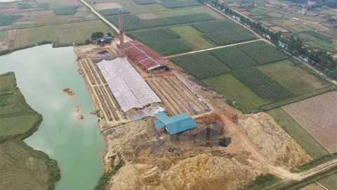 Một lò gạch không phép hoạt động trên địa bàn huyện Sóc Sơn. Ảnh: Vietnamplus