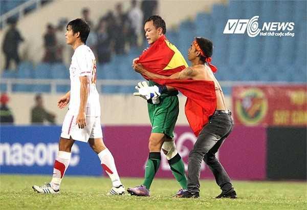 CĐV khoác cờ cho Dương Hồng Sơn sau trận Việt Nam-Malaysia năm 2012