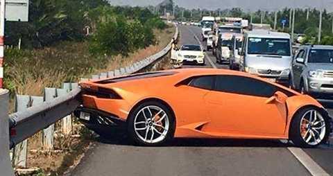 Lamborghini Huracan màu cam gặp nạn tại TP.HCM