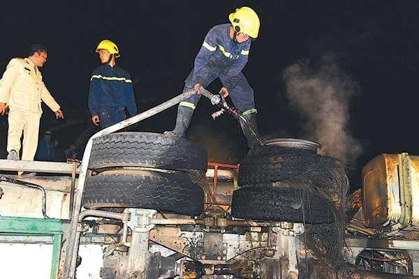 Suốt đêm 14/3, lực lượng cứu hộ đã dập lửa và tìm kiếm thi thể các nạn nhân mắc kẹt trong xe khách - Ảnh: Tuấn Anh