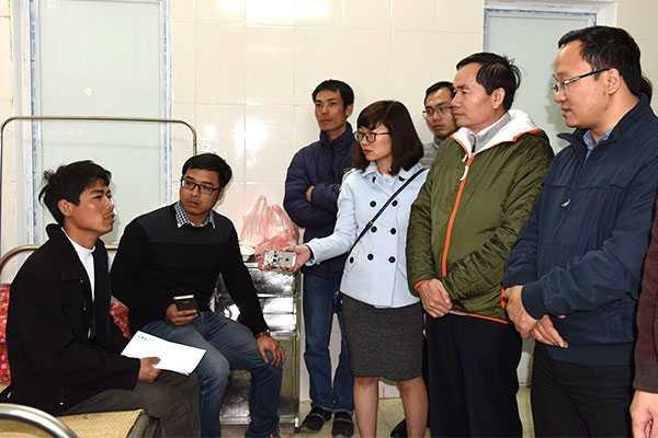 Phó Chủ tịch chuyên trách Ủy ban ATGT Quốc gia Khuất Việt Hùng, Tổng cục trưởng Tổng Cục đường bộ Việt Nam Nguyễn Văn Huyện thăm hỏi nạn nhân vụ tai nạn tại bệnh viện Đa khoa huyện Tân Lạc - Ảnh: Anh Đức