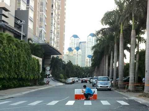 Vỉa hè chung cư Saigon Pearl bị biến thành chỗ đậu xe