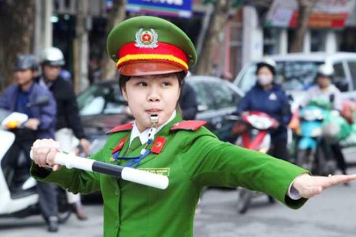 Cô bạn Hồng Nhung, sinh năm 1992, đến từ Quảng Bình. Nhung là cựu học viên   lớp B6, khóa D36, chuyên ngànhCảnh sát giao thông- Học viện Cảnh sát   Nhân dân. Những bức ảnh chụp Nhung đang điều tiết giao thông trên đường   được nhiều người chia sẻ. Với gương mặt dễ thương và nụ cười răng khểnh   cuốn hút, Hồng Nhung nhanh chóng trở thành hot girl được cộng đồng mạng   săn đón.