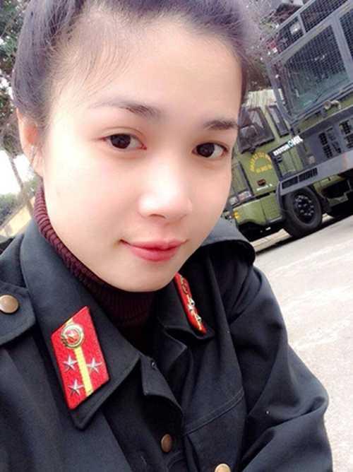 Bức ảnh trong đồng phục cơ động   của Hương được nhiều người chia sẻ và trang cá nhân của Hương cũng bắt   đầu nhận được lượng theo dõi chóng mặt.